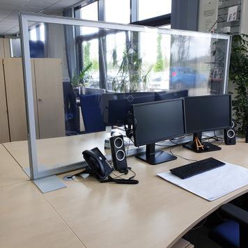 """""""Desk"""" válaszfal íróasztalra víztiszta bannerrel"""